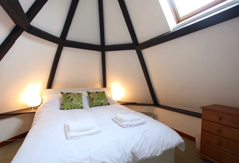 Double bedroom with vaulted ceiling (The Lodge)